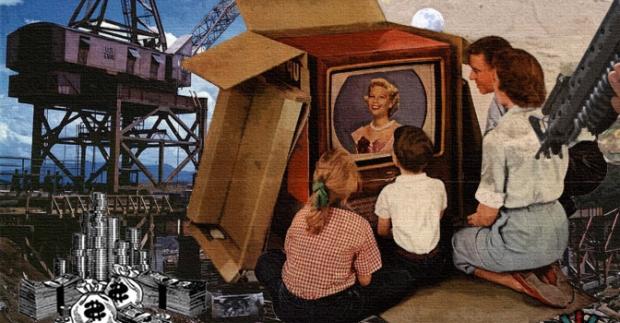 テレビCMを見る家族