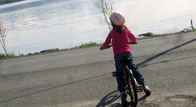 自転車に乗った子