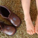 子どもの足と子ども靴