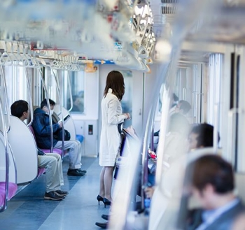 電車通勤中の女性