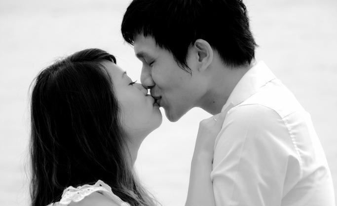 キスする恋人