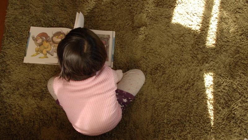 絵本を読む娘
