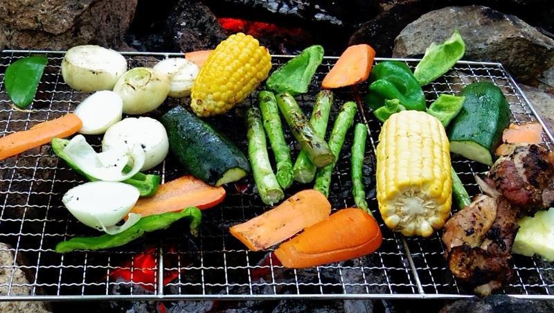 焚き火で焼くバーベキュー野菜